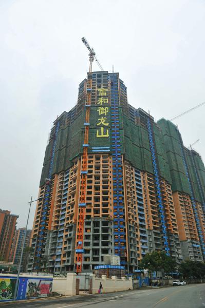 9月13日,成都塔子山公园对面,信和御龙山正在建设的楼盘。