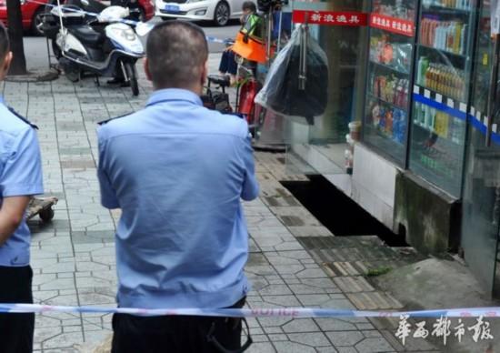 成都净居寺路一楼房外地面突然塌陷