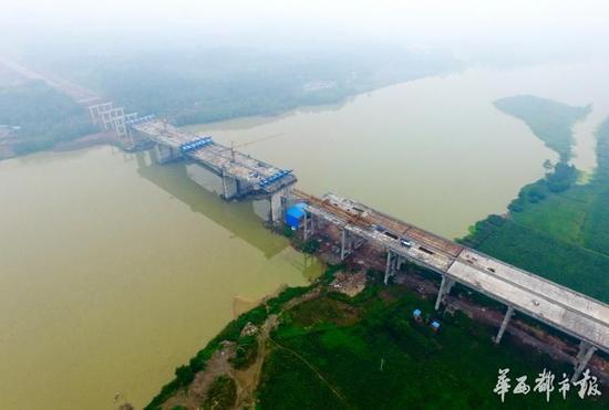 成都第三绕城高速简阳段沱江特大桥基本合龙。