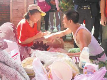 热心市民为产妇母子送来食物和衣物。