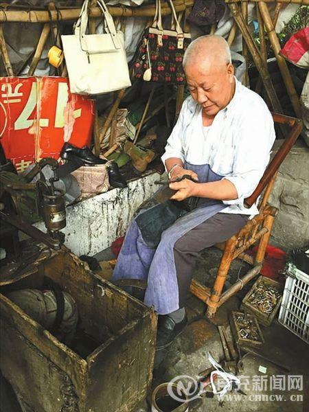 何胜伦和他的修鞋铺