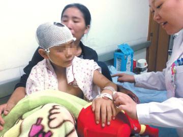 小杰在医院接受治疗。