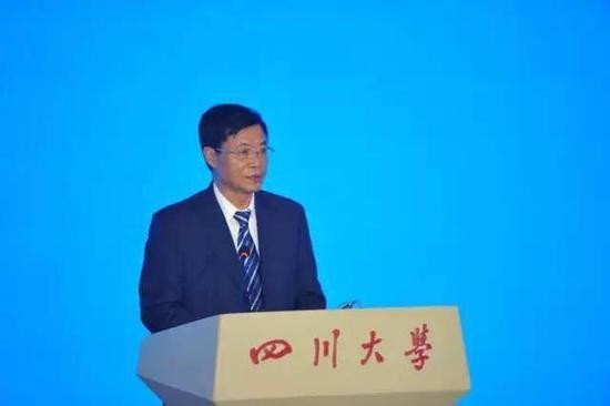 (会议由四川大学党委书记杨泉明主持)