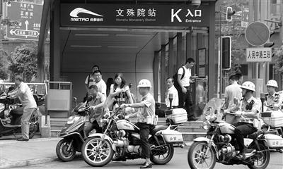 交警整治地铁站口违规电动车 本报资料图片 摄影 杨永赤