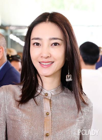 """""""素颜女神""""王丽坤简约出镜,气质清新的她演绎chic范儿也超美dei!"""