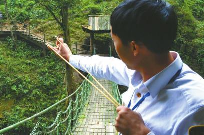 周传斌拿出弹弓,对面的猴子一哄而散。