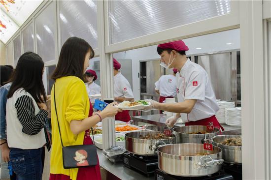 四川大学锦江学院食堂太美 学生直呼吃饭要考虑穿着