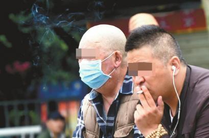 10月7日,成都某医院,抽烟者的旁边就坐着一位患者。