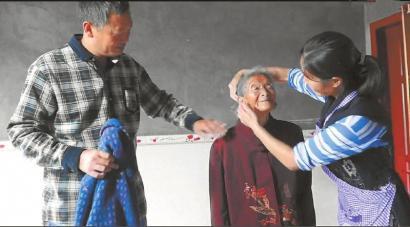 李殿聪夫妻二人照顾老人起居