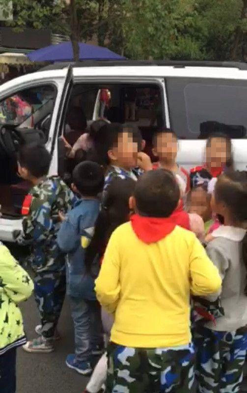 绵阳7座面包车挤了14个小学生