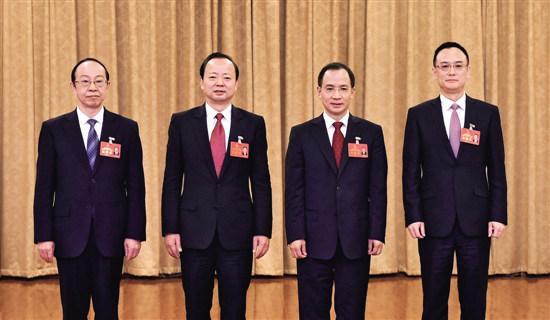市委书记马波(左二)当选的市人民政府市长任晓春(左三)、市人大常委会主任李发强(左一)、市政协主席戴震合影。