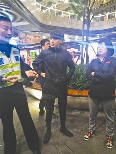 """李阳(中)被受害者挡在""""顶尖殿堂"""""""