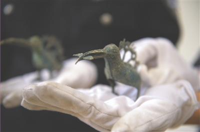 眉山警方追缴回来的叼着鱼的青铜鸟 蒋麟 摄