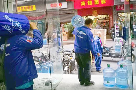 图片:自来水污染火了桶装水,这让水站的送水师傅们非常繁忙。