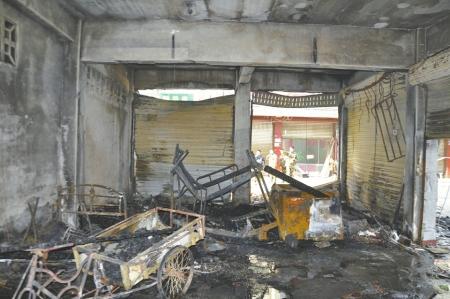 失火的出租屋内一片狼藉。