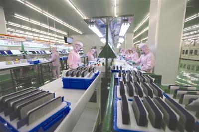 昨日,通威太阳能(成都)有限公司,通威太阳能S1车间分选工序。  成都商报记者 张建 摄