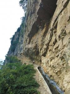 """泸州市叙永县赤水镇斜口村,悬崖峭壁上凿出的土桥大堰,引来了村里300多户农家的生活生产用水,因此,土桥大堰也被称作""""生命泉""""。"""