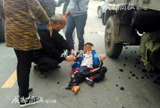 乐山8岁小学生校门口被车压断腿 已经截肢