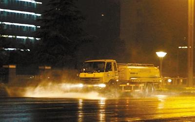 洒水除尘,改善城市空气质量 本报资料图片 王若冰 摄