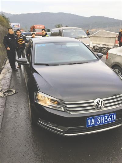 警方挡获的嫌疑人挟持人质冲关的其中一辆黑色大众轿车