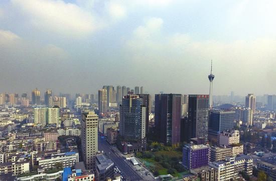 11月16日,人工增雨后,成都雾霾减轻。吕甲摄