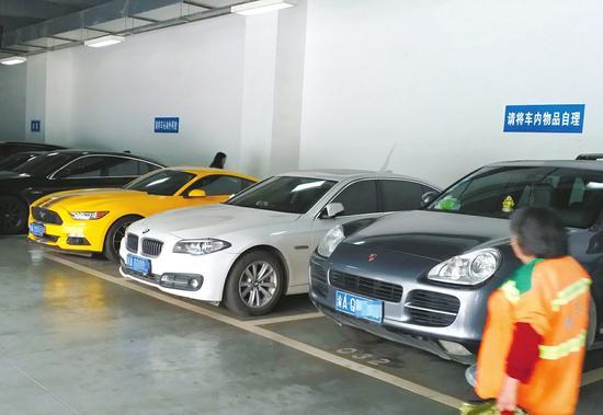 成都东站西广场负一楼停车场B区大部分停的是豪车。