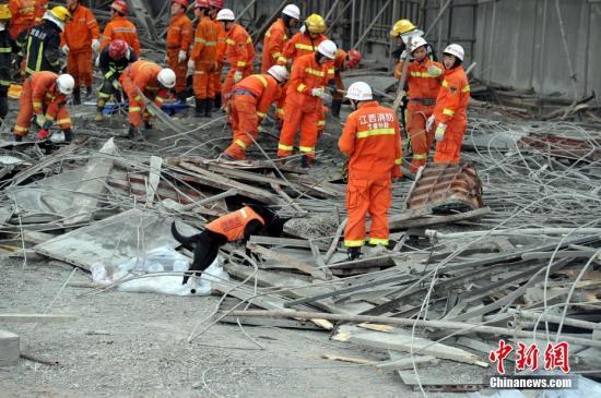 11月24日7点左右,江西省丰城市一电厂在建冷却塔施工平台发生倒塌,截至目前事故死亡人数已上升至40余人,救援人员已经赶到现场。图为救援队带来了搜救犬对失踪者进行搜寻。刘占昆 摄