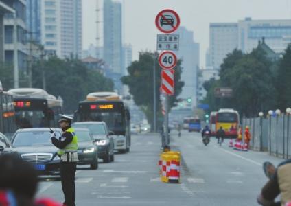 交警在路口指挥交通。