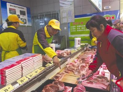 """""""北大才子""""陆步轩(中)来成都卖猪肉"""