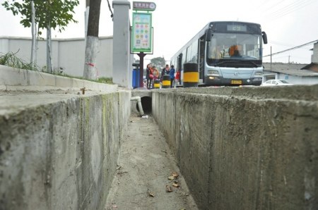 成都马家场公交站台设在一条水沟旁,上下客存在隐患。