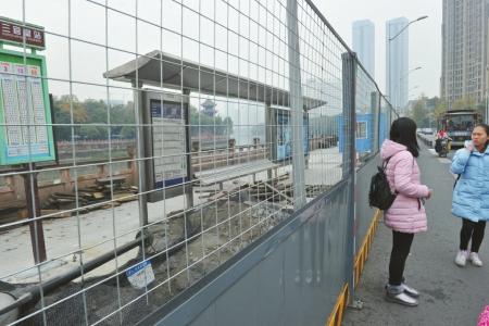 成都三官堂公交站移至非机动车道,市民候车不安全。