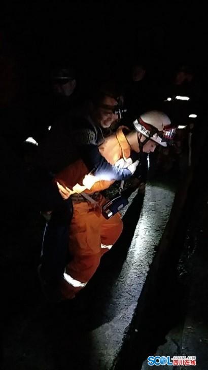 救援队员深夜紧急营救