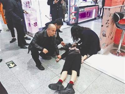 3日,春熙路一商城,女子倒在地上,过路的医生护士联手抢救她