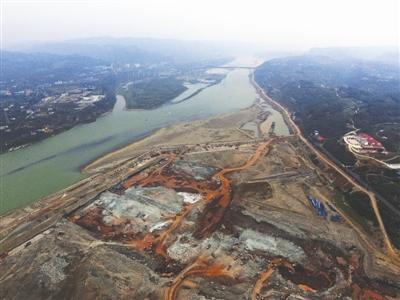 22日,犍为岷江港航电工地,临时航道及泄洪闸基坑挖掘作业 摄影记者 张建