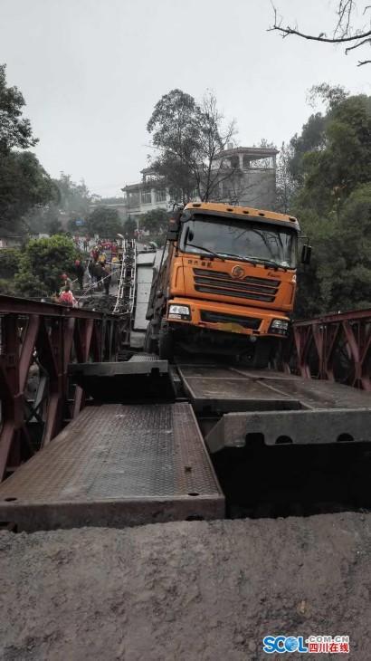 超载货车强行冲上维修桥梁