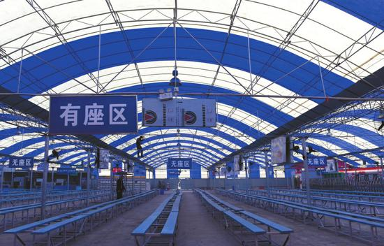 成都火车北站改造临时候车棚迎春运。