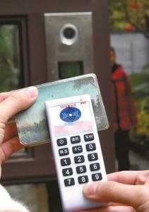 10日,成都某小区门口,记者用复制器,读取业主门禁卡的信息后,可轻松复制一张门禁卡。