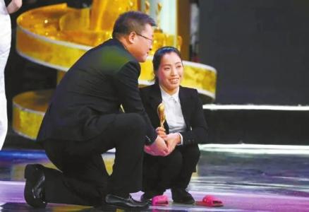 孙为民单膝下跪为她颁奖。