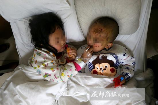 ▲姐姐给弟弟喂水果时说,弟弟快点好起来,姐姐带你出去耍