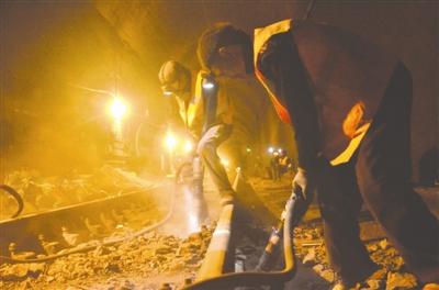 成昆铁路工人为疏堵被冻成冰棍