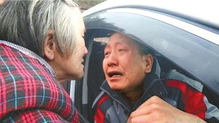 短暂的团聚之后又要分别了,胡汉权拉着母亲的手哭成泪人。曾鑫 摄