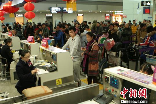 2月2日,成都机场吞吐量破历史记录。 吕俊明 摄