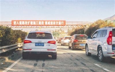 昨日,雅西高速泸沽段拥堵,车辆排成长龙。(雅西高速交警供图)