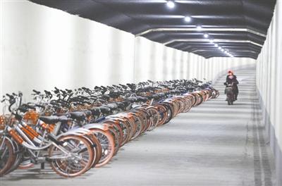 成都闹市隧道成共享单车僵尸停车场 因无信号无法使用