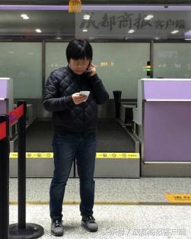 ▲7日,双流国际机场,刘女士前往机场投诉。