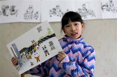 """昨日,成都,10岁的姚果果展示她最喜欢的一幅作品""""太古里跳拱"""" 成都商报记者 张建 摄"""