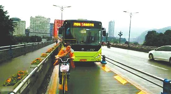 自行车占用公交车专用车道。