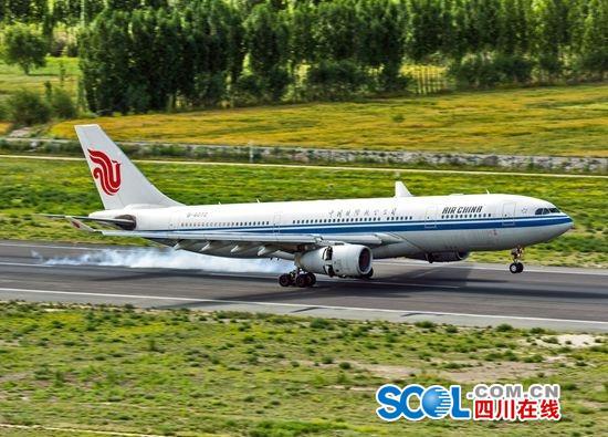来自成都的ca4403航班平稳降落在海拔3570米的拉萨贡嘎机场,宣告架设