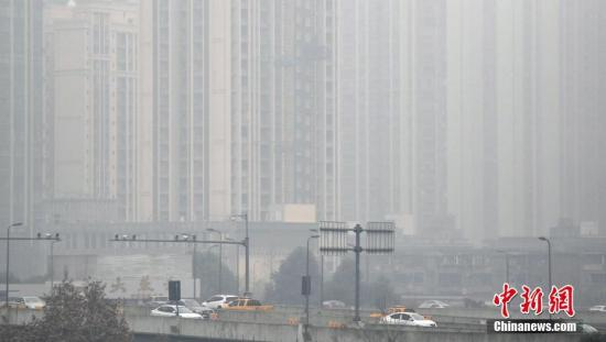 成都高楼笼罩在雾霾中(资料图)。中新社记者 张浪 摄