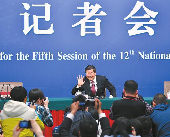 """3月6日,国家发改委主任何立峰等就""""经济社会发展与宏观调控""""答记者问。 新华社发"""